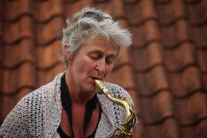 Yvonne van Almaren op tenor saxofoon